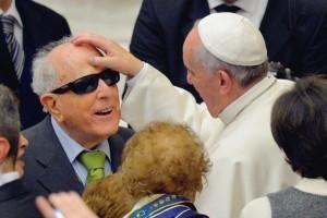 Sourds-muets-et-aveugles-en-fete-avec-le-pape-Francois_article_popin