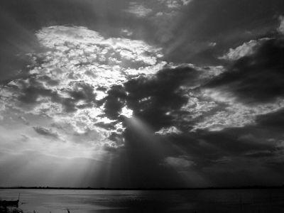 Un gros nuage empêche le soleil de tout éclairer de sa lumière