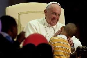 Pape françois et jeune enfant